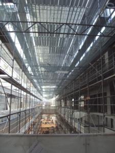 Wnętrze budynku wraz z zamontowanymi rusztowaniami podczas prac budowlanych
