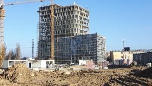 Widok na cały biurowiec w trakcie budowy