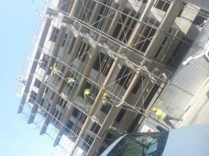 Nowobudowany budynek z zainstalowanym rusztowaniem