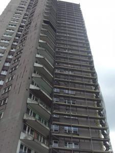 System rusztowań zamocowany na wieżowcu