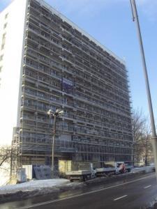 System rusztowań zamocowany na bloku mieszkalnym wraz z zabezpieczeniem przejścia dla pieszych